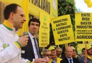 Moncalvo e il ministro Martina durante la manifestazione a Roma