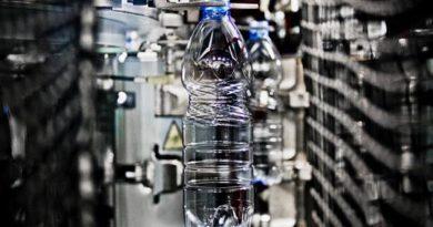 Dimezzato il peso medio delle bottiglie d'acqua in PET