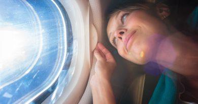 Lunghi viaggi in aereo: ecco come salvaguardare la salute